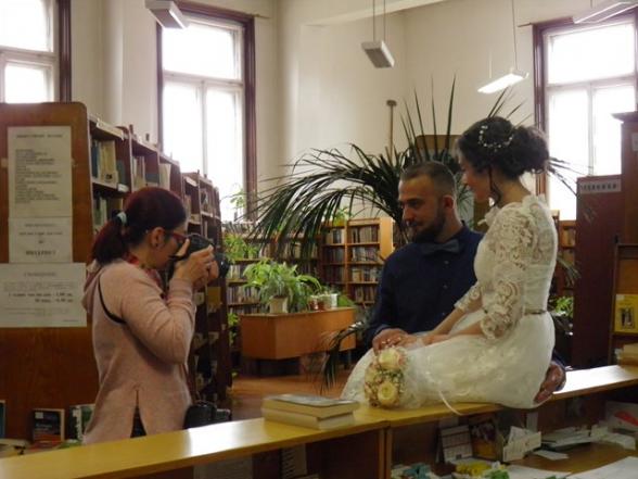 Щастливи младоженци избраха библиотеката за сватбената си фотосесия